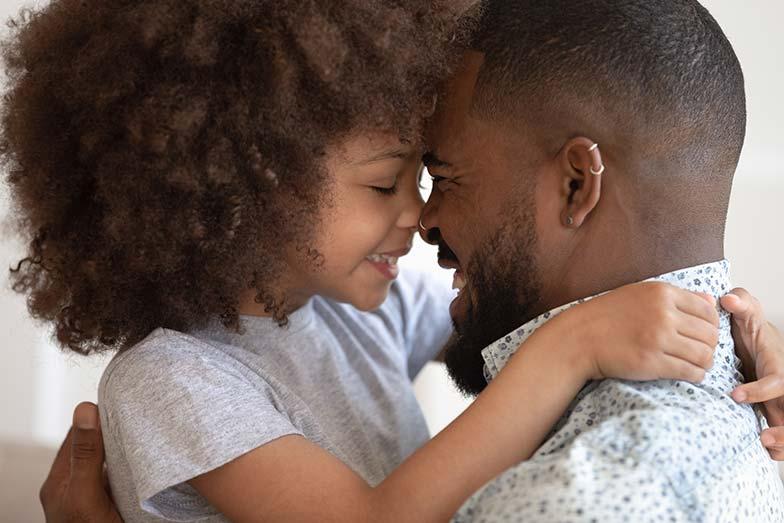 Fille et père heureux