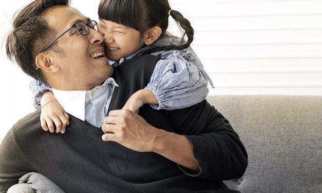 De nouvelles études sur la santé des hommes s'accompagnent d'une lueur d'espoir malgré la COVID : Des liens encore plus étroits entre un père et son enfant