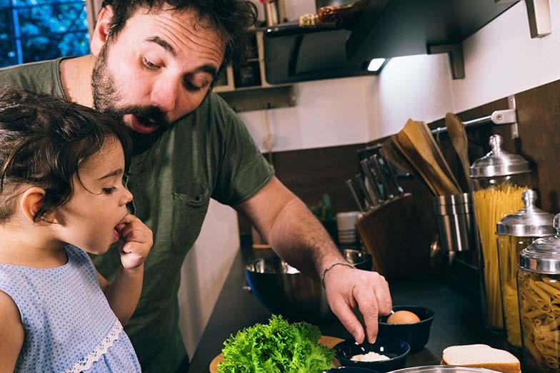Papa et fille préparer le repas