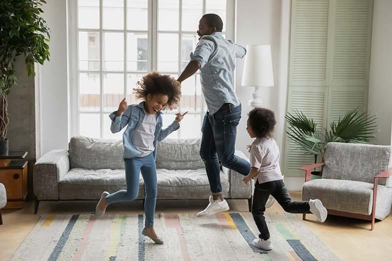 Papa filles dansant dans le salon