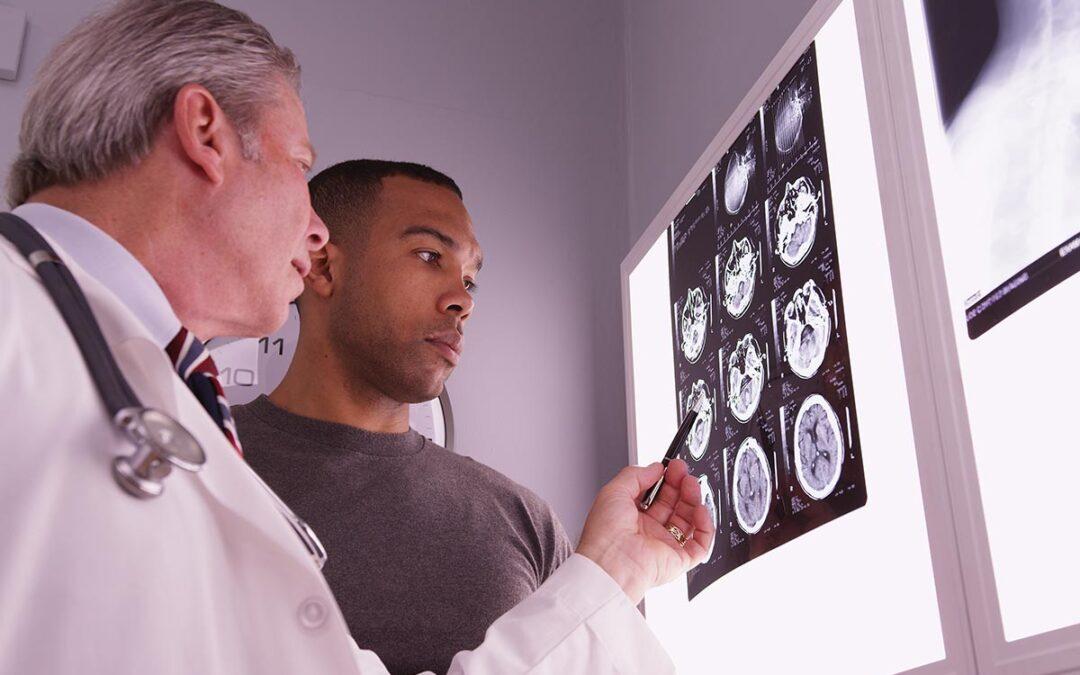 Le médecin explique le scanner cérébral du patient